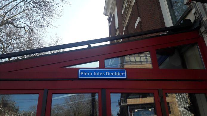 Onbekenden hebben alvast een straatnaambord van Jules Deelder opgehangen.