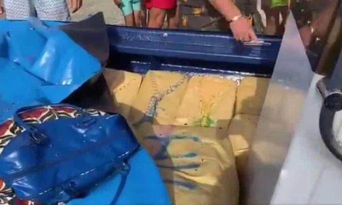 In de boot vond de politie meer dan 800 kilogram drugs.