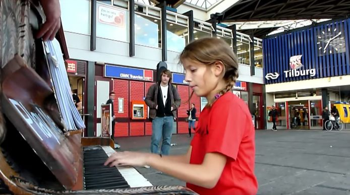 Piano Tilburg Incubate 2011 tijdens Play me i'm yours op het station.