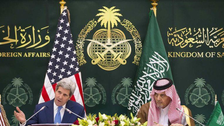 De Saoedi-Arabische minister van Buitenlandse Zaken, Saud bin Faisal bin Adbulaziz al Saud, met John Kerry, de Amerikaanse minister van Buitenlandse Zaken. Beeld reuters