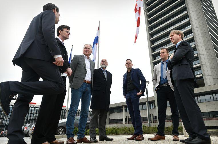 Statenleden van Forum voor Democratie voor het Provinciehuis Brabant, onder wie Hans Smolders (derde van links), Loek van Wely (tweede van links) en lijsttrekker Eric de Bie (rechts).  Beeld Marcel van den Bergh