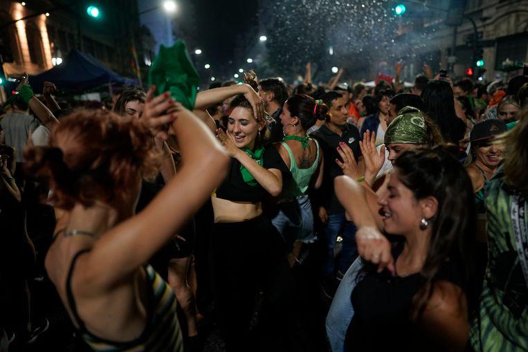 Abortusactivisten dansen in de buurt van het Argentijnse parlement nadat het Huis van Afgevaardigden de wet goedkeurde die abortus legaliseert.  Beeld AP