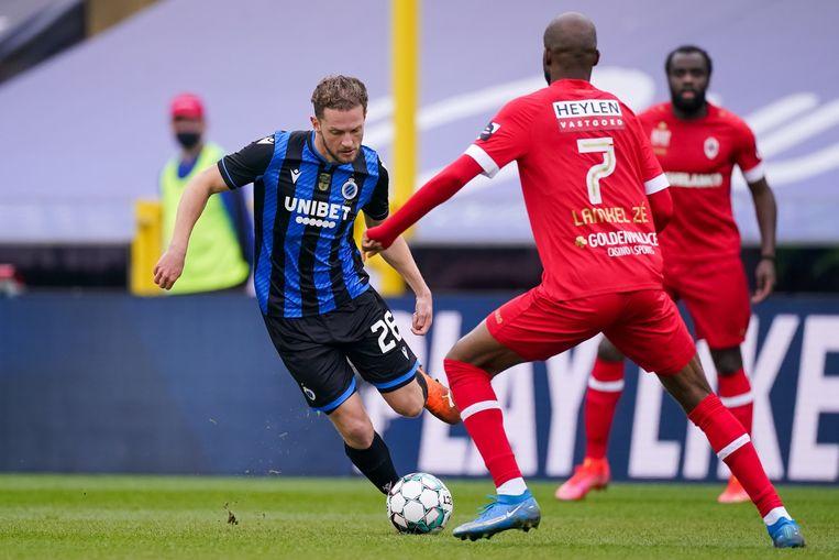 Mats Rits (l) van Club Brugge en Didier Lamkel Ze van Antwerp. Beeld Photo News