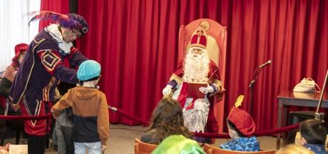 Sober sinterklaasfeest in Almelo stemt Sint verdrietig: 'Maar gelukkig kunnen we deze 40 kinderen wél blij maken'