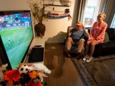 Voetbaldier Herman Kleine Koerkamp en Joke kijken 'rustig' thuis naar Oranje