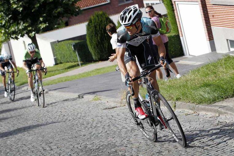 Stybar kijkt even om op de Denderoordberg en ziet dat ook Lars Boom niet op zijn wiel geraakt. Beeld ANP