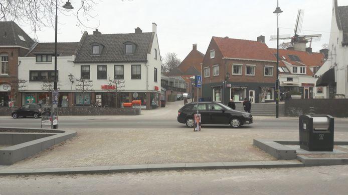 Een automobilist denkt nog net even voor een ouder stel langs te kunnen dat al op het zebrapad loopt.