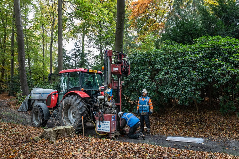 Op 20 meter diepte wordt een lading springstof aangebracht. In De Bilt bij Landgoed Vollenhoven wordt onderzoek gedaan naar aardwarmte. Beeld Dingena Mol