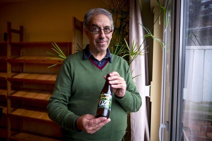 Biobrouwer Paul Warmenbol met een flesje Liza, zijn nieuwe bier.
