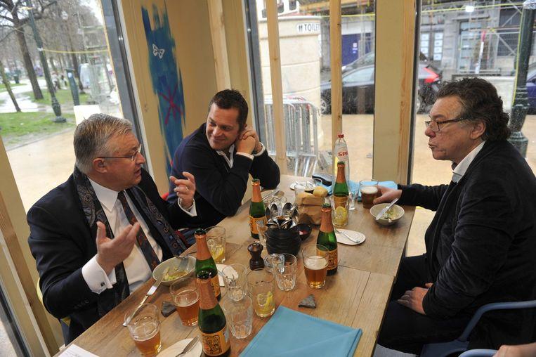 Minister Guy Vanhengel, tv-kok Albert Verdeyen en zanger Johan Verminnen kwamen proeven in de Brusselse pop-up.