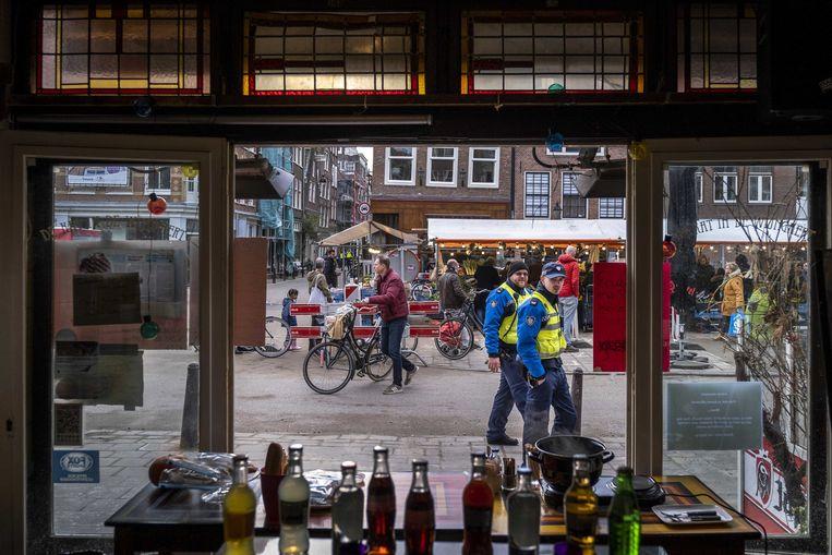 Uitzicht op de Lindengrachtmarkt vanuit een lege kroeg.  Beeld ANP