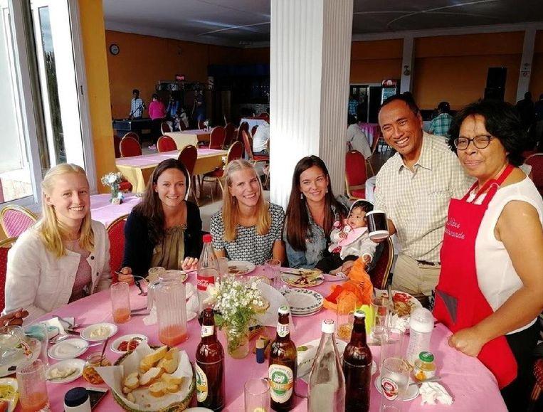 Jolien Lippeveld, Aline Truyens, Lieze Van Hove en Chloë Heyndrickx bij hun gastouders Mamy en Hanta tijdens het afscheidsdiner in Madagaskar.