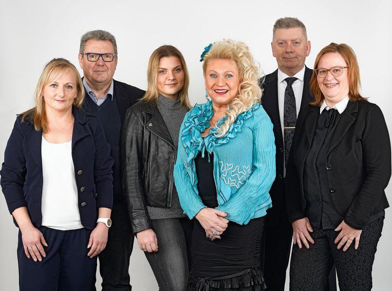 Marleen De Vrij (in het blauw) met de andere nieuwe kandidaten en lijsttrekker Marc Van Aperen.