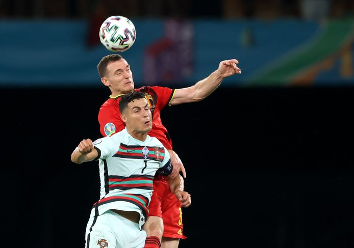 Vermaelen troeft Ronaldo af in de lucht.