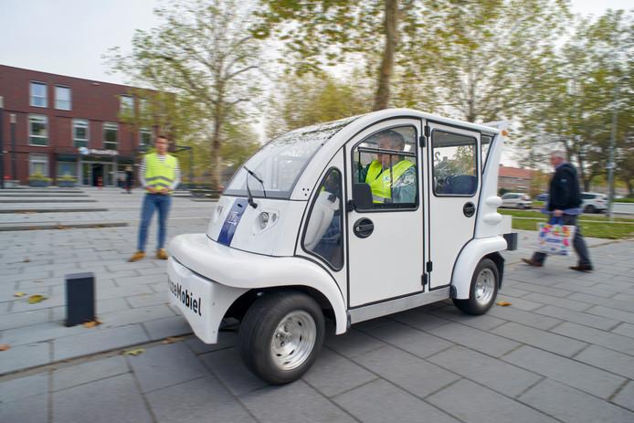 De Muzemobiel staat bij het Muzerijk in Uden. Op de foto chauffeur Ruud Donders (achter het stuur) en op de achtergrond student Roel van den Hanenberg.