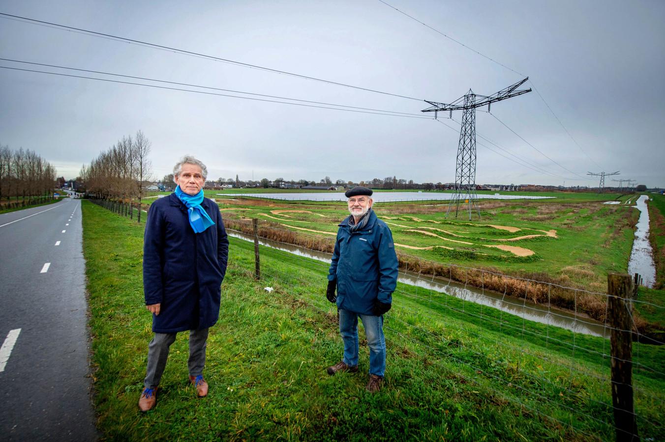 Henk van Elk en Han Blok bij de zonnepanelen aan de zijveld in Beneden-Leeuwen.