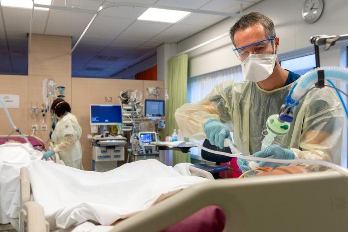 IC verpleegkundigen Wim Rens verzorgt een coronapatiënt op de IC van het ETZ in Tilburg