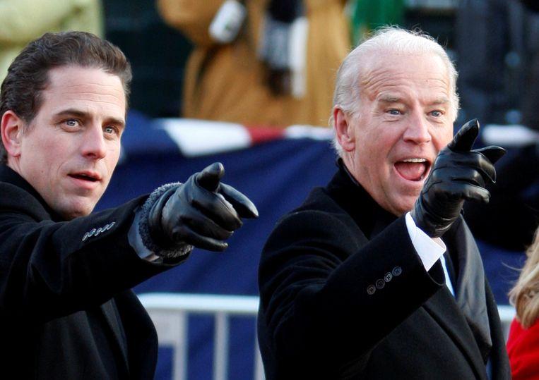 Vicepresident Joe Biden met zijn zoon Hunter in Washington.   Beeld Reuters