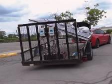 Youtuber laadt zijn Tesla op met reusachtig zonnepaneel in aanhangwagen