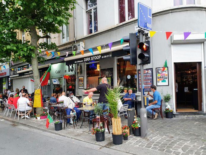 Portugese Antwerpenaren zitten op de terrasjes aan het Sint-Jansplein.