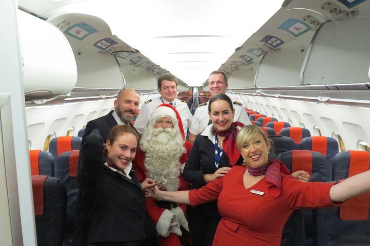 Kerstman Koen Hallaert en het cabinepersoneel.