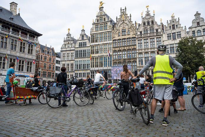Deelnemers aan de Critical Mass Bike staan klaar om het WK-parcours te rijden.