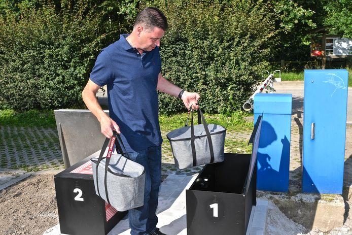 Sebastien Bonnier van retroherberg In den Grooten Moriaen gaat de koeltassen leveren.