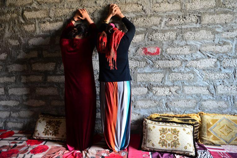Twee jonge jezidi-meisjes die in 2014 door IS werden gevangen genomen en later konden ontsnappen. Beeld Photo News
