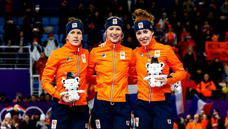 Ireen Wust, Carlijn Achtereekte en Antoinette de Jong op het erepodium van de 3000 meter schaatsen. Beeld ANP