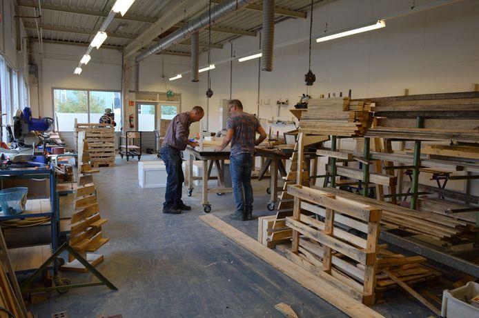 De houtwerkplaats van De Werkelaar in Zwolle, een van de centra die dicht gaan.