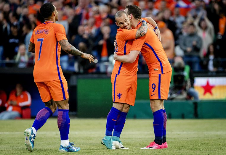 Memphis Depay, Wesley Sneijder en Vincent Janssen van het Nederlands elftal juichen na de 5-0 tegen Ivoorkust tijdens een oefenwedstrijd tussen beide landen.  Beeld ANP