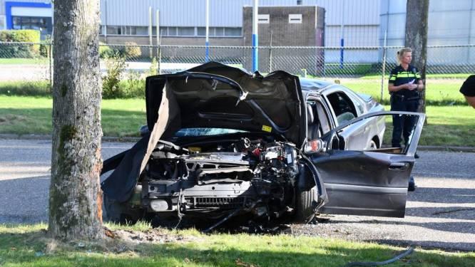 Auto botst tegen boom in Middelburg; twee gewonden