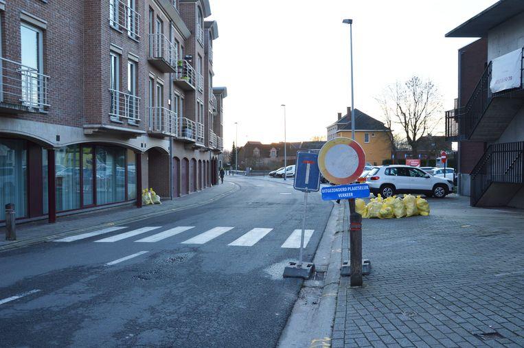 Aan het kruispunt van het Dorp met de Nieuwstraat staat er al (beperkte) signalisatie.