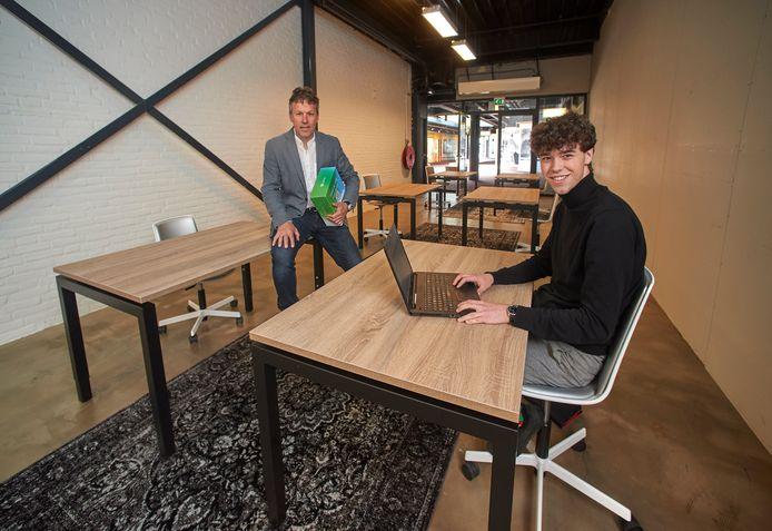Richard van Ommen (links)  en Daan Saras in de studieruimte aan de Galerij.