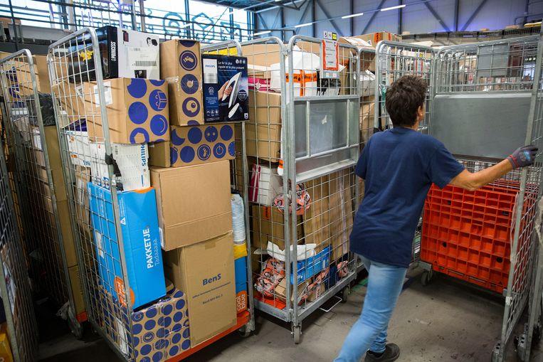 Pakketbezorger in een sorteercentrum van Post NL. Beeld Arie Kievit / de Volkskrant