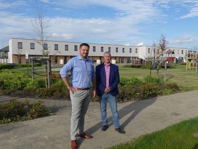 Rutger de Reu en Guido Lenaert aan de nieuwe woningen in Petegem.