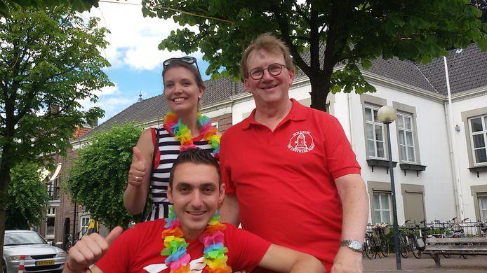 Organisator Noot de Kort (rechts) samen met nieuwkomers in het dorp Sint-Michielsgestel Irene Laureys en statushouder Joseph Sayegh
