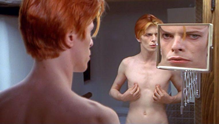 David Bowie in de sf-film 'The Man Who Fell to Earth' (1976). De musical 'Lazarus', waarvoor Bowie de muziek levert en Ivo van Hove de regie, is op dat verhaal gebaseerd. Beeld rv