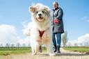 Anneke Uijt de Boogaardt wandelt regelmatig met haar nieuwe hond Milo, een Roemeense herdershond.