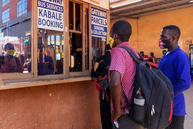 Uiteindelijk kan Onesmus Ainebyona een buskaartje, omdat een oom van hem een van zijn twee geiten heeft verkocht.   Beeld Badru Katumba