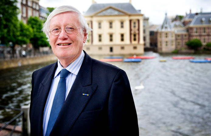 Portret oud-politicus Hans Wiegel (VVD). Op de achtergrond de hofvijver met het torentje.