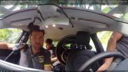 VIDEO. Beleef de fietswissel van Roglic in de volgwagen van Jumbo-Visma, die net op dat moment plaspauze hield