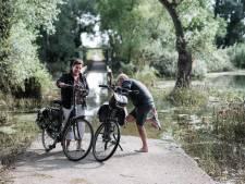 Toon en Thea maken rechtsomkeert vanwege hoogwater: 'Dan maar gewoon rechtstreeks naar de Chinees'