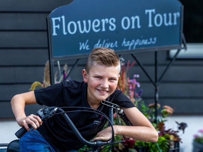 """Jurre Versteegh (10) runt bloemenhandel Flowers on Tour. ,,De Rabobank wilde geen zakelijke rekening voor mij openen. Uiteindelijk kon het bij de Triodos Bank wel. Ik ben hun jongste zakelijke klant."""""""