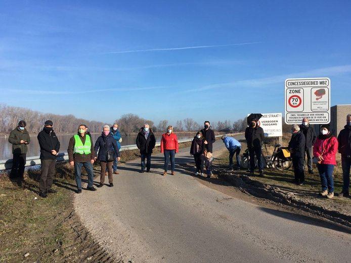 Bewoners van Dudzele protesteren tegen de vergunning voor Top-Mix, dat een bedrijf wil bouwen in de achterhaven.