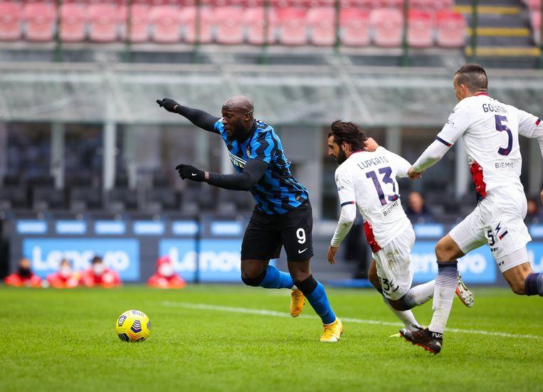 Inter-spits Romelu Lukaku in actie tegen Crotone. Hij scoorde dit seizoen al twaalf keer in de Serie A. Beeld Photo News