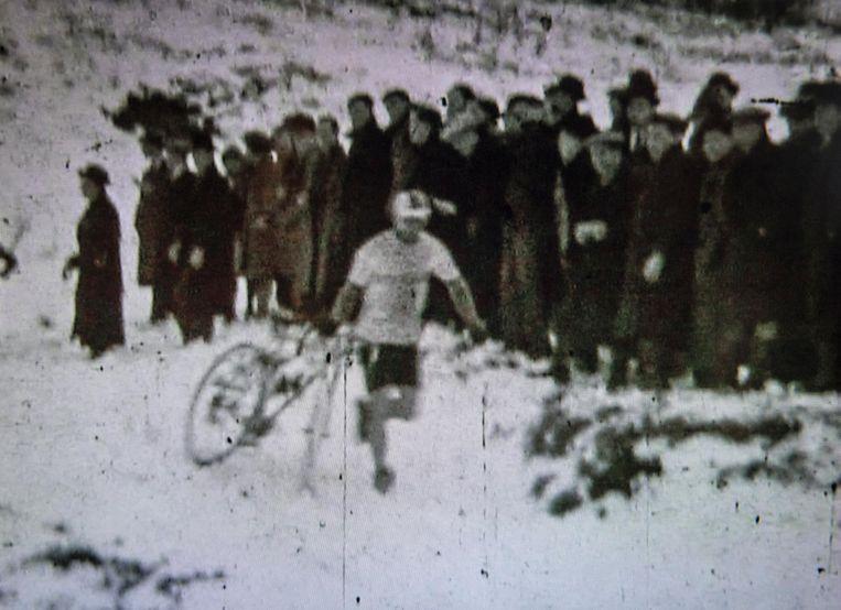 Een beeld uit een film van een koers aan de Lovie in de jaren 30.