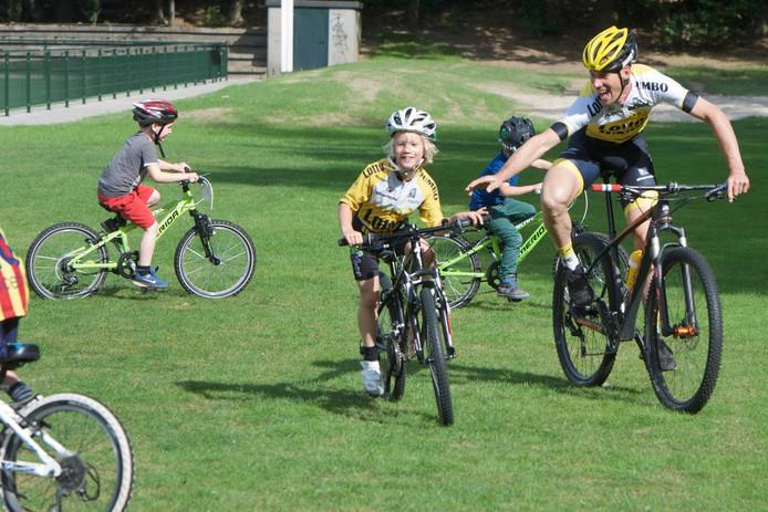 Maarten Tjallingii heeft het zichtbaar naar zijn zin op zijn fietsfeest.