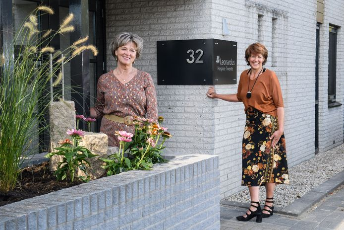 De coördinatoren Greta Schiphorst (links) en Ingrid te Marvelde bij het gerenoveerde Leonardus Hospice in Hengelo.
