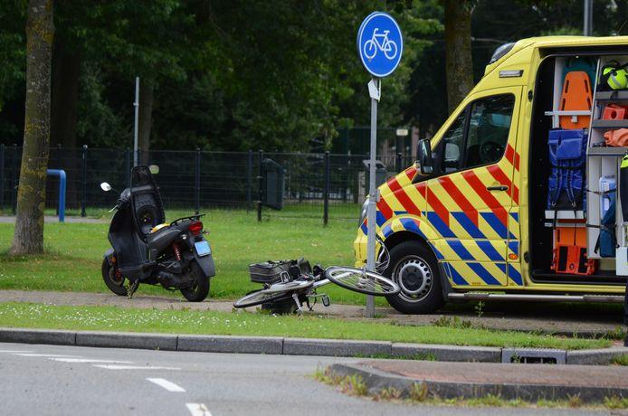 Aan de Burgemeester van Dorth tot Medlerstraat in Duiven heeft donderdag een ongeluk plaatsgevonden tussen een fietser en een scooterrijder